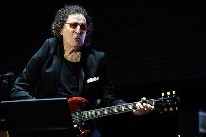 Charly García con guitarra en mano (Franco Fafasuli)