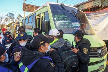 Patrullas y camiones brindan el servicio de transporte público en la estación Tacubaya ante la falta de metro de la Línea 1 (Foto: Cuartosciro)