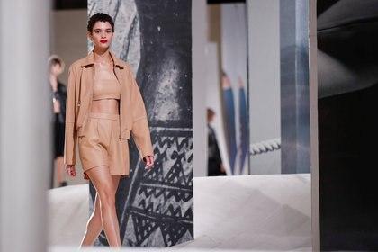 Total beige look en cuero. Una campera, un top y mini short por Hermes