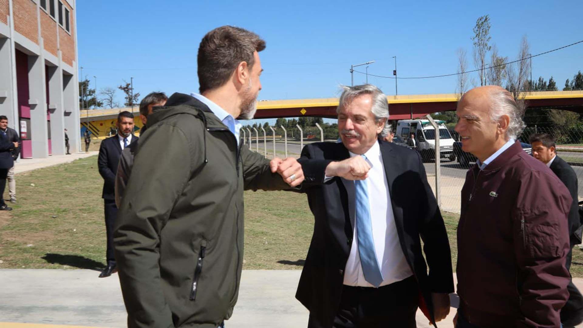 Alberto Fernández, el miércoles en Lanús, junto a Néstor Grindetti y Diego Kravetz (Presidencia)