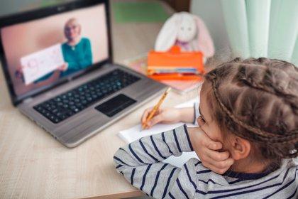 Durante más de siete meses los niños y adolescentes de todo el país estuvieron tomando clases de manera online, aunque mucho de ellos perdieron el contacto con sus profesores (Shutterstock)