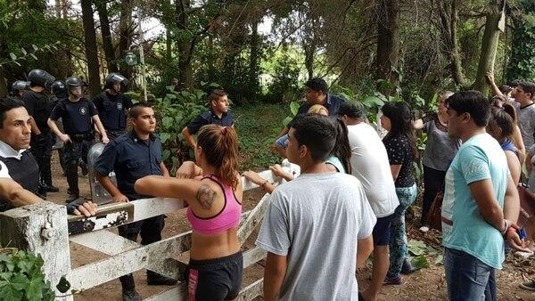 Los vecinos en la puerta de la quinta donde la Policía encontró el cuerpo de Camila