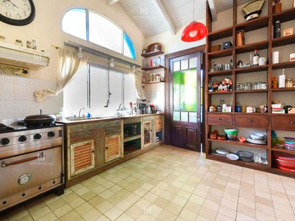 La cocina de la casa de Saccone, con horno industrial (INTERMEDIA, Estudio Inmobiliario)
