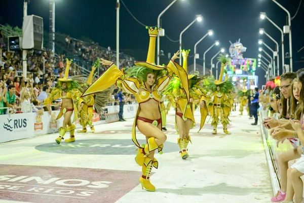 Diferentes texturas, volúmenes y bordados son los que se ven en las noches de carnaval todos los años