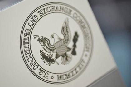 FOTO DE ARCHIVO: El logo de la Comisión de Bolsa y Valores (SEC, por sus siglas en inglés) estadounidense a la entrada de la sede del organismo en Washington D.C., Estados Unidos, el 24 de junio de 2011. REUTERS/Jonathan Ernst