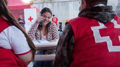 Un llamado les cambia la realidad; los migrantes se pueden conectar y saber que su familia en Venezuela se encuentra bien. Foto: Gentileza Cruz Roja.