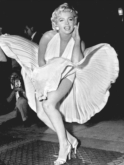 La fotografía que trascendió de la actriz empujando el vestido hacia abajo fue captada por una serie de paparazzi que buscaban promocionar el filme, más no pertenece a la película. (Foto: Archivo)