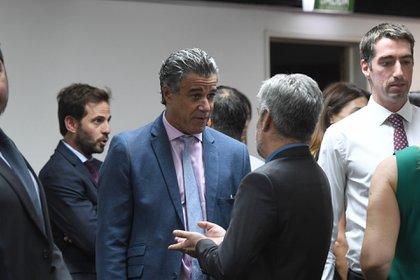 El juez federal Daniel Rafecas hoy en la asunción de Lugones, hablando con el secretario de la Comisión de Selección, José Elorza (Maximiliano Luna)