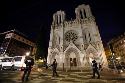 La policía francesa rodea la basílica de Notre Dame en Niza (EFE/EPA/SEBASTIEN NOGIER)
