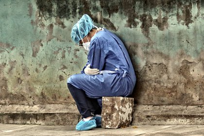 Una mujer que usa traje de bioseguridad busca atención médica en el Instituto Cardiopulmonar El Tórax, donde atienden pacientes con COVID-19 este martes en Tegucigalpa (Honduras). EFE/Gustavo Amador