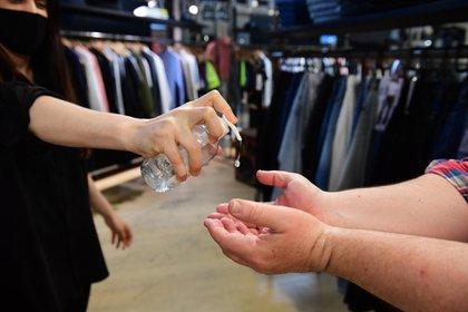 A partir de la apertura, los shopping centers funcionan con un protocolo que incluye una persona cada 15 metros cuadrados, el uso de alfombras sanitizantes y control de la temperatura de los visitantes