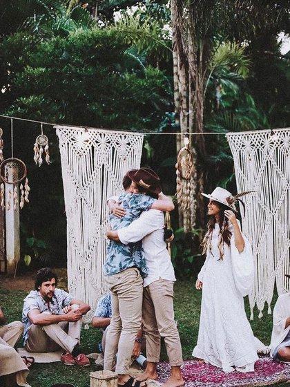 La boda rompió con todas las tradiciones de ceremonias convencionales.  Para dar el sí, estaban descalzos, sentados en círculo rodeados de amigos y familiares