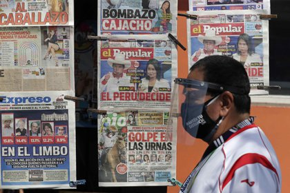 Portadas de periódicos luego del proceso electoral en Perú (EFE/Paolo Aguilar)