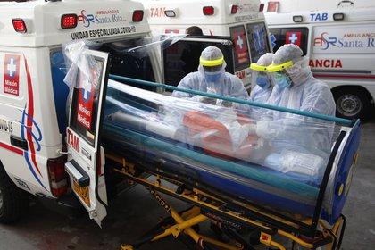 Paramédicos alistan una ambulancia medicalizada, el 7 de abril, en Cali (Colombia). EFE/ Ernesto Guzman Jr/Archivo
