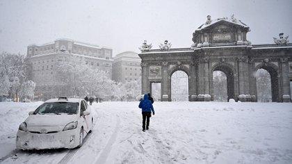 La Puerta de Alcalá tapada de nieve (GABRIEL BOUYS / AFP)