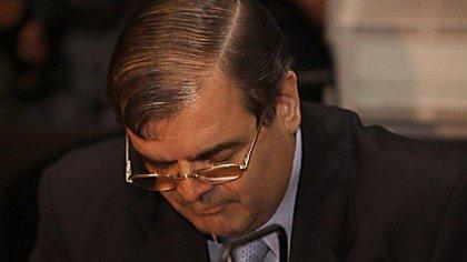 Eduardo Emilio Kalinec fue condenado a prisión perpetua en 2010 por secuestros, torturas y homicidios cometidos en los centros clandestinos Atlético, Banco y Olimpo, sitios que funcionaron bajo la órbita de Carlos Guillermo Suárez Mason, jefe del Primer Cuerpo del Ejército