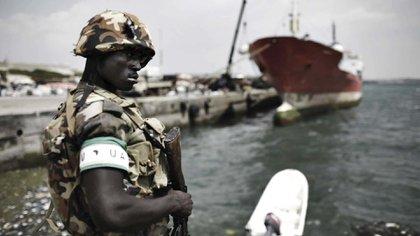 Un soldado de la AMISOM custodia el puerto de Mogadiscio, en Somalia, en el que Turquía ha hecho pie con inversiones y una base militar. Foto: AFP.