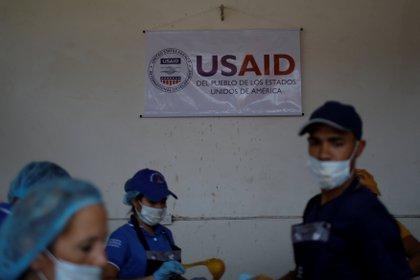Venezolanos reciben insumos del programa USAID en territorio colombiano
