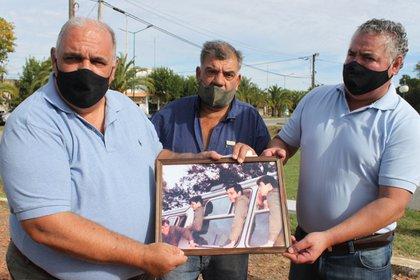 Hoy y ayer. Los veteranos compartieron una foto, donde se descubrieron, a bordo de un micro, allá por 1982.