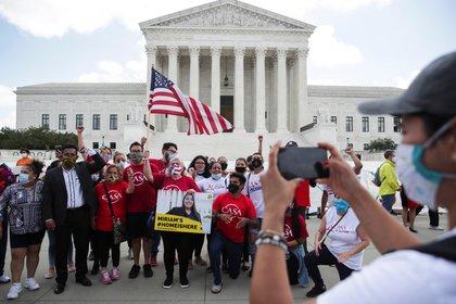 Manifestantes celebran la decisión de la Corte Suprema (Reuters)