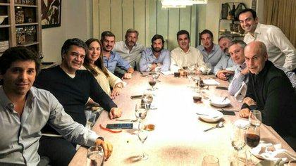 Una mesa de Cambiemos con gran parte de integrantes provenientes del peronismo (@jorgemacri)
