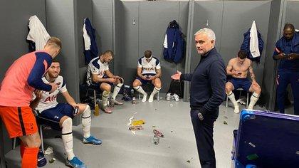 Mourinho había publicado recientemente una foto de todos sus jugadores con sus móviles en el vestuario (@josemourinho)