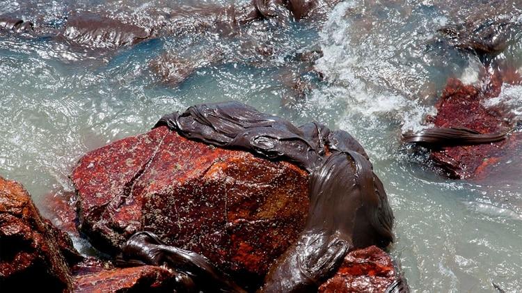 Petróleo derramado en una playa en Aracaju, estado de Sergipe, Brasil (AFP)