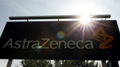 Un cartel de AstraZeneca en Macclesfield, Gran Bretaña (REUTERS/Phil Noble/Foto de archivo)