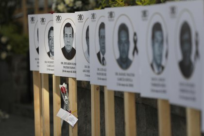 Fotografía fechada el 29 de mayo de 2020 de una instalación con fotos de los médicos peruanos fallecidos por la pandemia de la COVID-19 en la sede del Colégio Médico de Perú en Lima. EFE/Paolo Aguilar