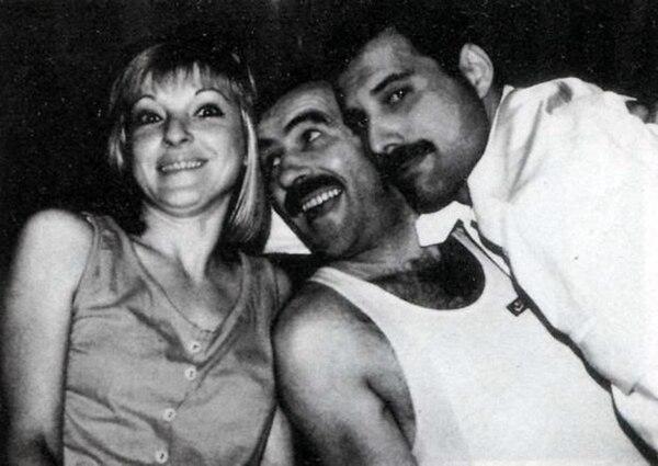 Luego de convivir seis años entre sí, Freddie Mercury no quería que Mary Austin se alejara. Fue por eso que le propuso que fuera su asistente personal. En medio de ellos, Jim Hutton, la última pareja del cantante de Queen