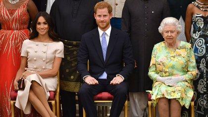 Los duques de Sussex con la reina Isabel II (Shutterstock)