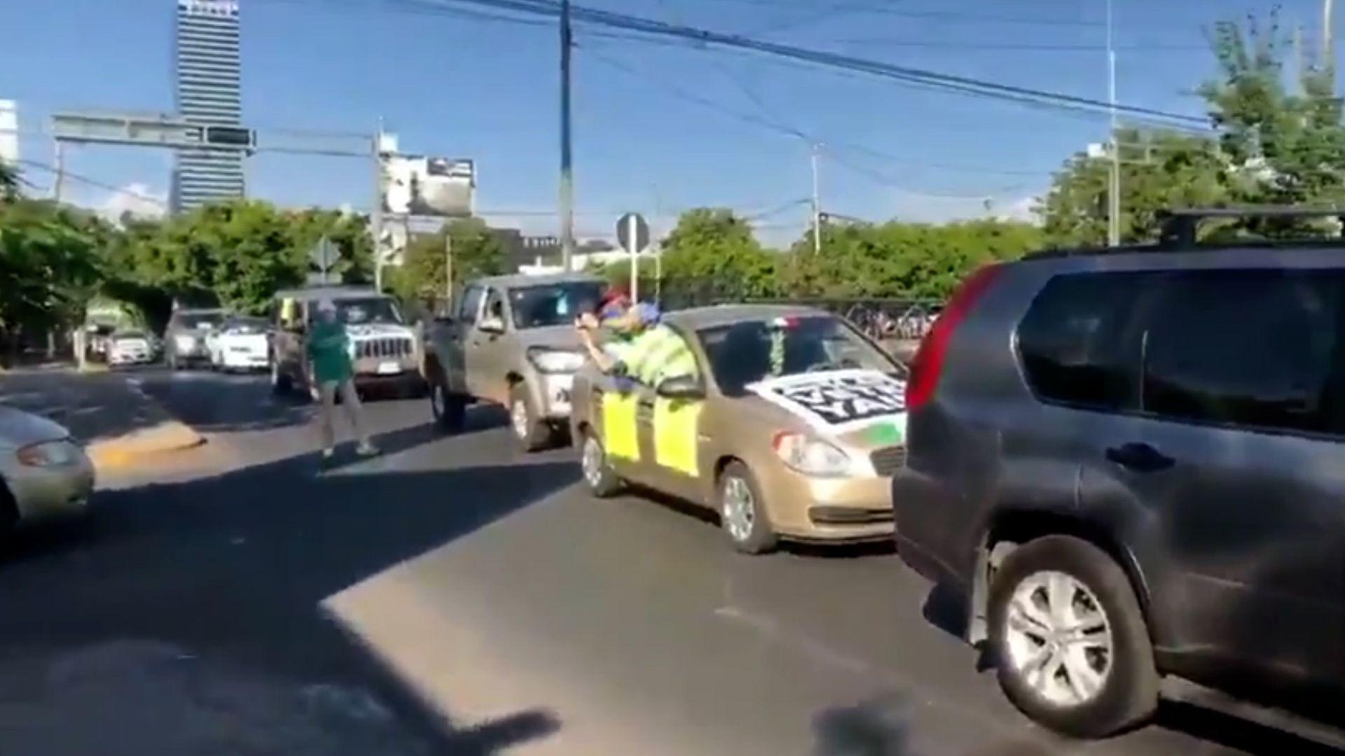 En medio de la pandemia una caravana de autos se moviliza en contra del presidente
