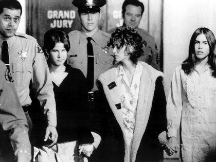 La imagen de Dianne Lake junto a sus compañeras Nancy Pitman y Rachel Morse, después de haber testificado ante el Gran Jurado (Everett/Shutterstock)