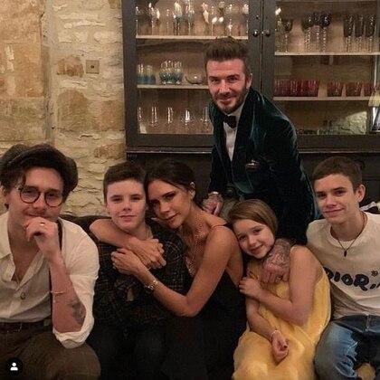 En su imagen, la también diseñadora, se ve rodeada de sus hijos y esposo, el deportista David Beckham. (Foto: Instagram)
