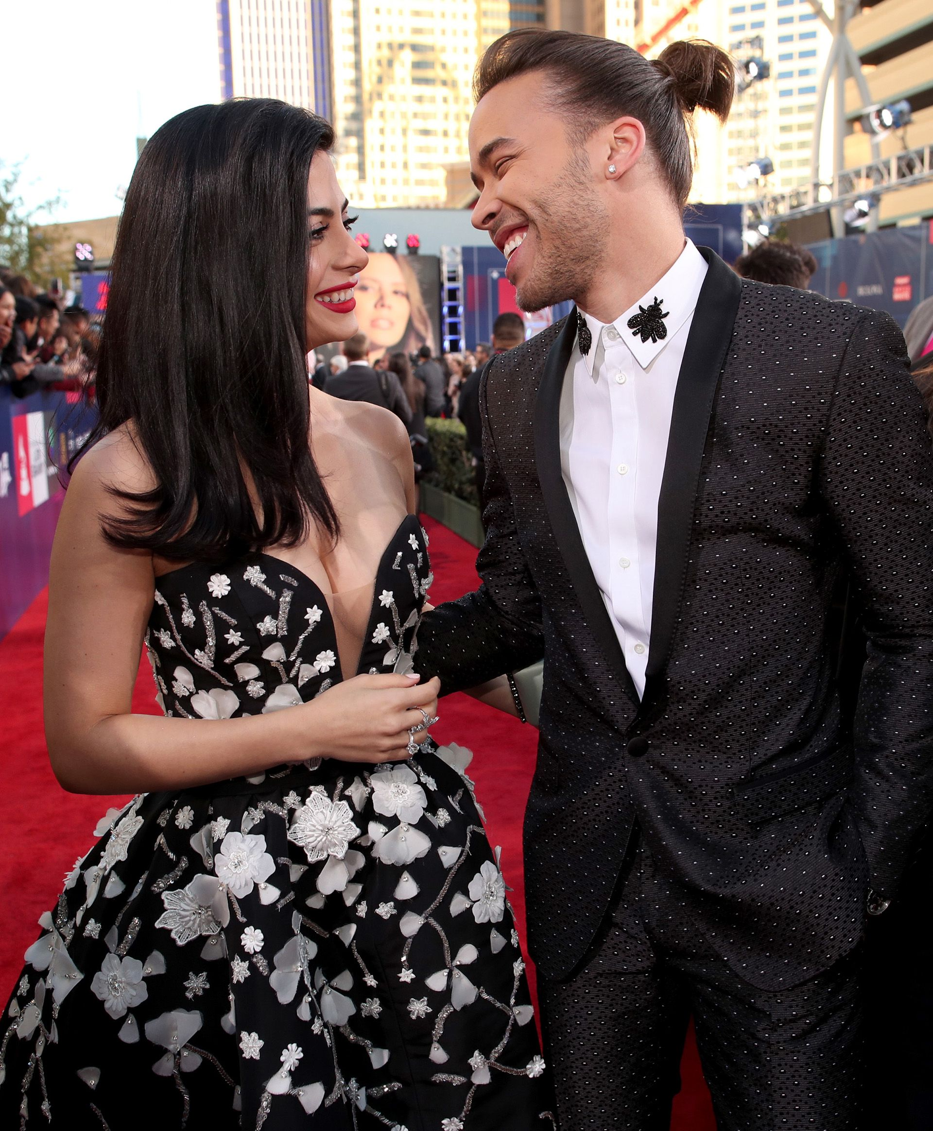 Prince Royce y Emeraude Toubia en los Latin Grammy Awards (Christopher Polk/Getty Images for LARAS/AFP)