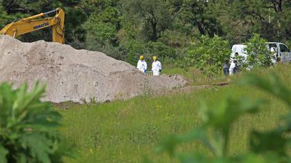 Enla colonia la Primavera se retomaron los trabajos de búsqueda de cuerpos, ya que el pasado lunes autoridades informaron del hallazgo de al menos 15 bolsas con restos humanos, hasta el lugar llego maquinaria pesada para realizar excavaciones. (FOTO: FERNANDO CARRANZA GARCIA / CUARTOSCURO)