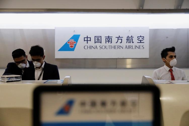 Empleados de la Aerolínea del Sudeste Chino usando máscaras para protegerse del coronavirus (REUTERS/Carlos Jasso)