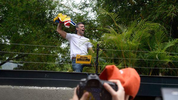 Leopoldo López ondeó una bandera de Venezuela en su primera aparición desde el arresto domiciliario