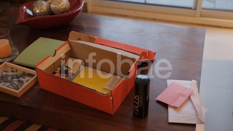 En una caja de zapatillas color naranja, la misma que llevó al Cementerio el día del entierro, Julieta conserva como un tesoro los recuerdos que tiene de Fernando