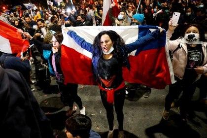 La gente se reúne para protestar contra el gobierno de Chile durante un referéndum sobre una nueva constitución chilena en Santiago, Chile. REUTERS/Rodrigo Garrido
