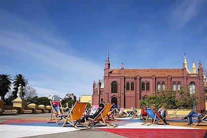 El centro cultural de Recoleta, es un collage postmoderno que se distingue por la cantidad de público que recibe