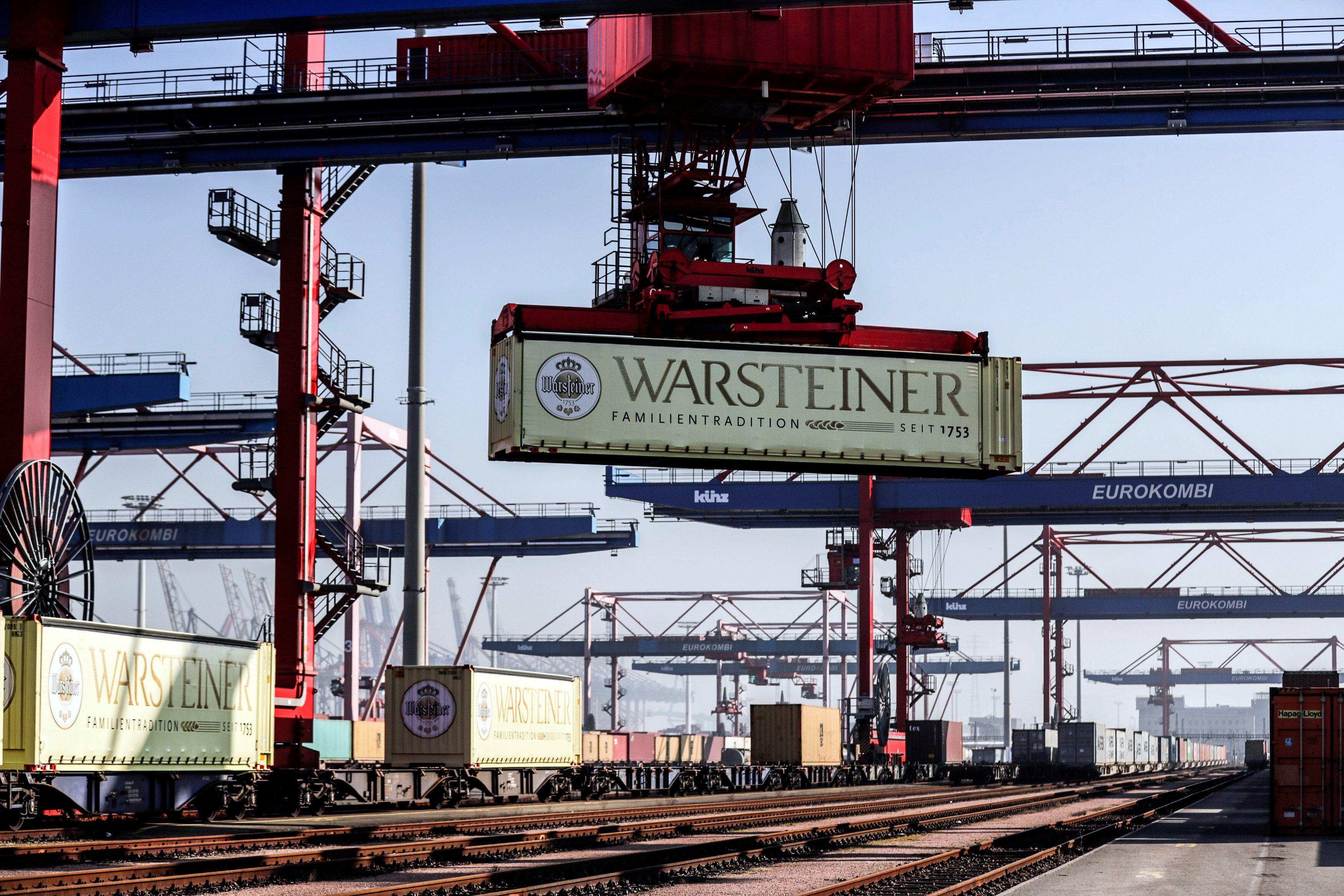 En la imagen, una grúa transporta un contenedor en el puerto de Hamburgo, Alemania. EFE/CARSTEN KOALL/Archivo