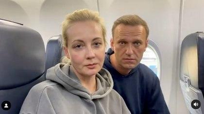 Yulia Navalnaya en el avión que la trajo a ella y a su esposo de regreso a Moscú el 17 de enero pasado