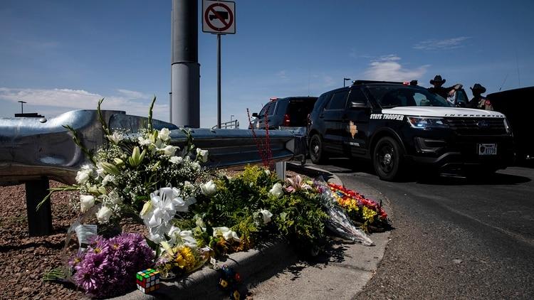 La gente dejó flores cerca del Walmart donde 20 personas fueron asesinadas el sábado. (Adriana Zehbrauskas / The New York Times)