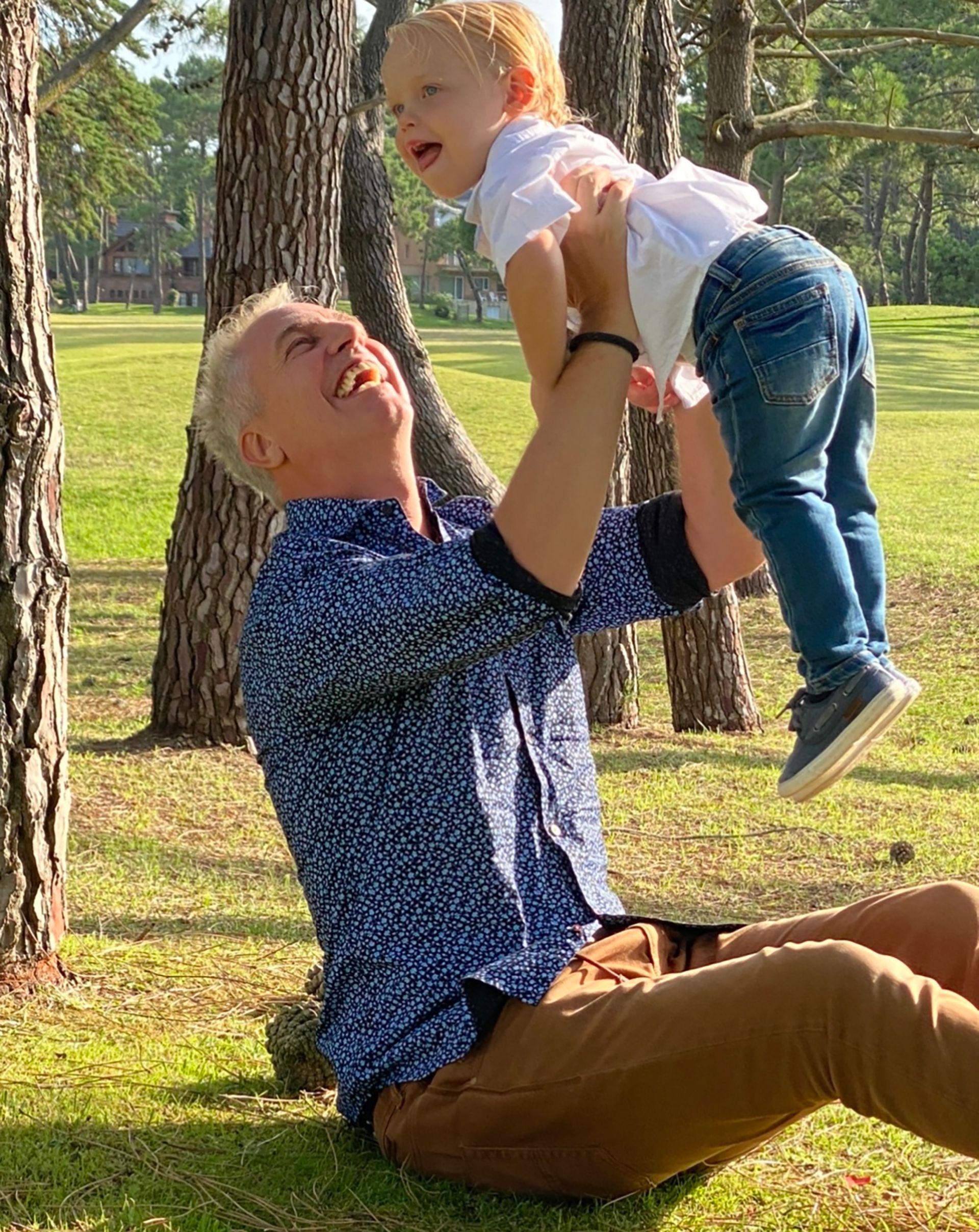 Inseparables, padre e hijo transcurren la cuarentena en su casa, mientras esperan que llegue la vacuna para poder retomar los viajes por el mundo