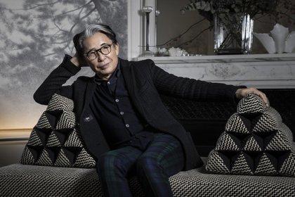 Reconocible por llevar siempre unas gafas negras, Kenzo fue pionero en su país de origen. Muchos le atribuyen ser uno de los primeros en unir Oriente y a occidente a través de la moda  (Photo by JOEL SAGET / AFP)