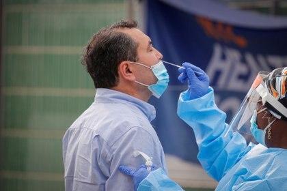 Un trabajador de la salud toma una muestra de hisopo de un hombre para realizar una prueba de la enfermedad por coronavirus (COVID-19) en Nueva York.  REUTERS/Brendan McDermid/File Photo