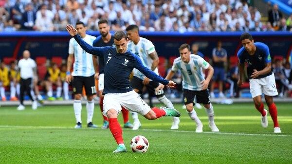 Antoine Griezmannpateando el penal en el Mundial antes de festejarlo con uno de los bailes de uno de los personajes del juego Fortnite