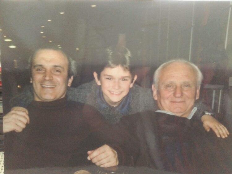 El candidato de UNITE con su padre y su hijo, en 1996 (Álbum familiar)