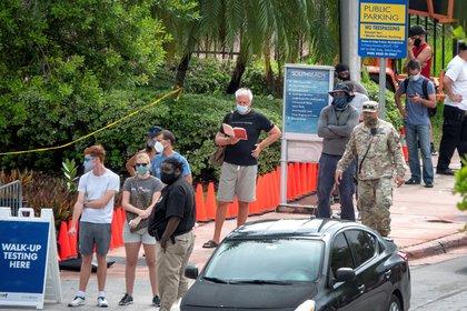 La gente hace fila para obtener el servicio de prueba del coronavirus por parte de la Guardia Nacional del Ejército de Florida en asociación con la Ciudad de Miami Beach y el Departamento de Salud de Florida. EFE/EPA/CRISTOBAL HERRERA-ULASHKEVICH/Archivo